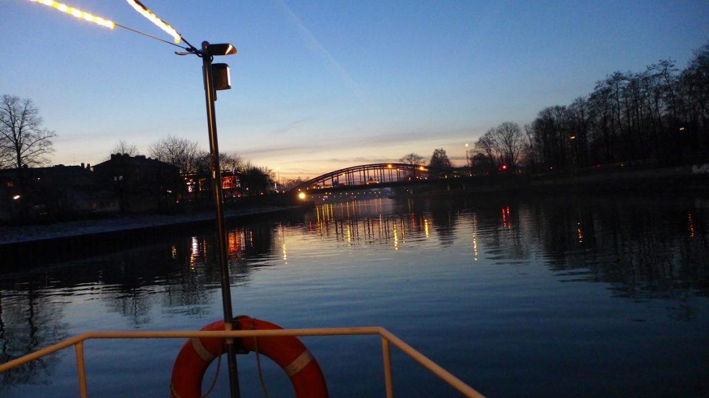 Blaue Stunde auf dem Kanal