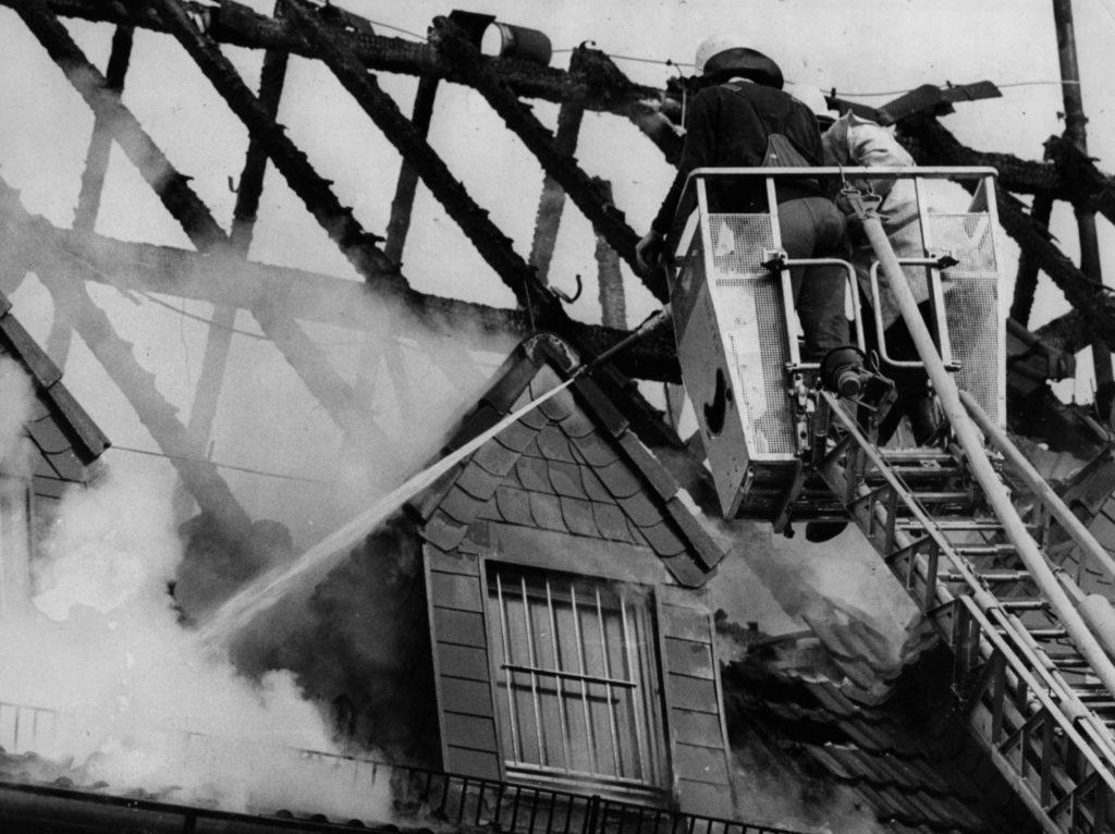 Brandbekämpfung mit C-Rohr aus dem Korb der Drehleiter