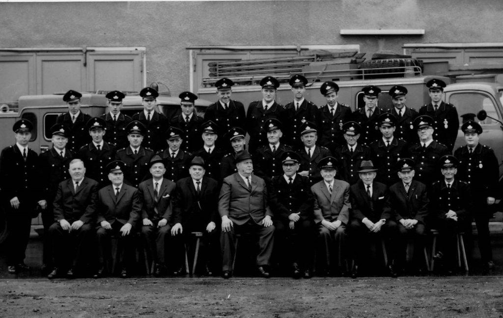 Der Löschzug 1968 Obere Reihe 4. Von rechts der spätere LZ-Führer Adolf Axinger, ihm zur Rechten mein Vater Bernd Hetkamp Mittlere Reihe 2. Von links der spätere LZ-Führer Bernd Fragemann