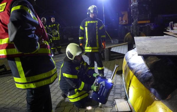 Person unter Stahlboot: Übungsabend bei Firma Fernmeldebau Baumann